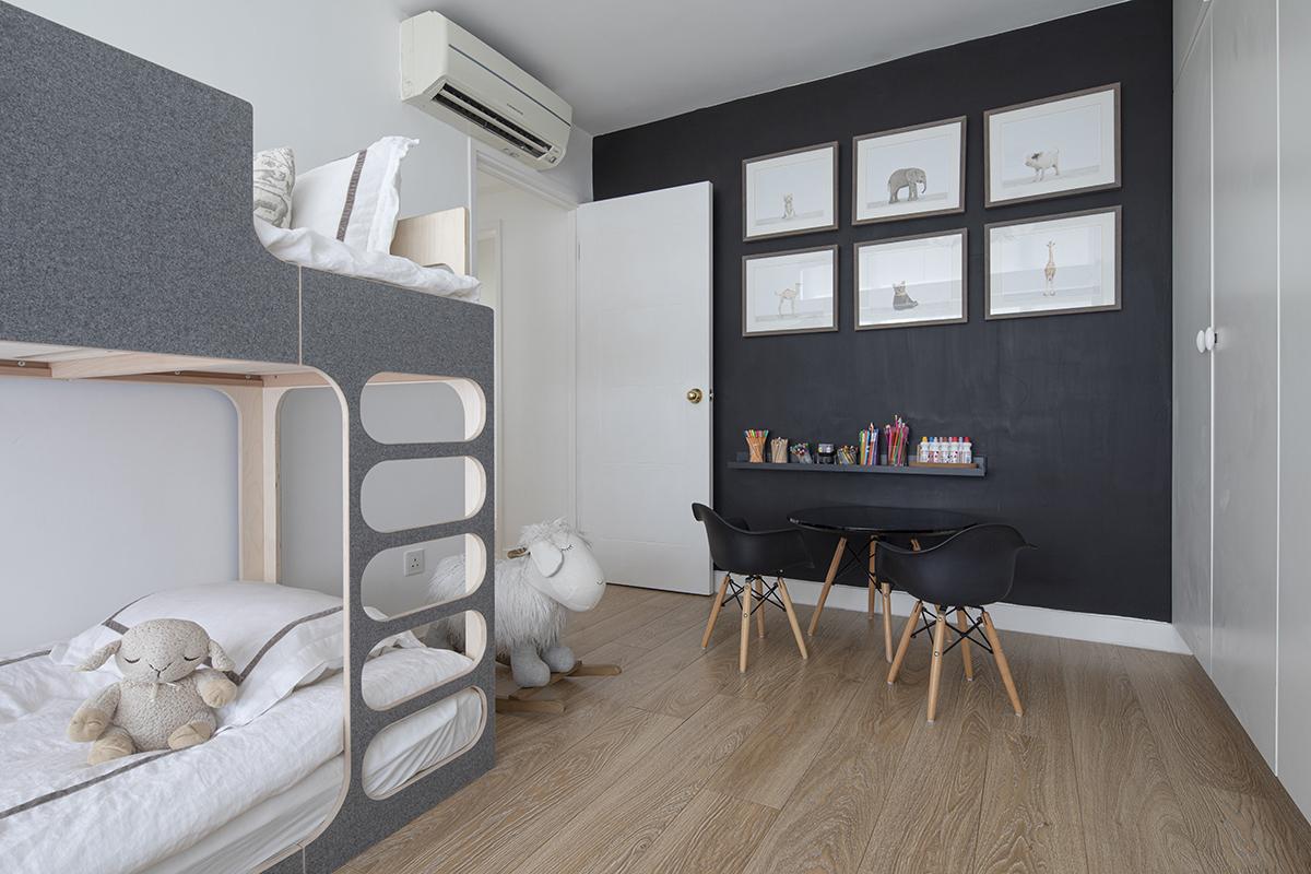 CHILDREN'S BEDROOM IN BLACK